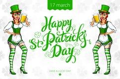 Ragazza graziosa del leprechaun con birra, progettazione di logo del giorno di St Patrick con spazio per testo, Immagini Stock