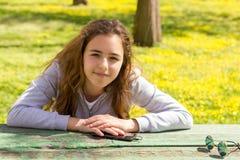 Ragazza graziosa dell'adolescente al parco di estate fotografie stock libere da diritti