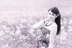 Ragazza graziosa di estate che posa nel prato rosa dei fiori Fotografia Stock Libera da Diritti