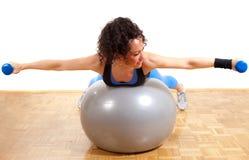 Ragazza graziosa di forma fisica con i pesi e la sfera Fotografia Stock Libera da Diritti
