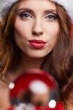 Ragazza graziosa di Natale che si tiene per mano sfera di cristallo Fotografia Stock Libera da Diritti