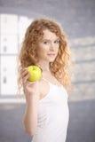 Ragazza graziosa dopo la mela della holding di allenamento a disposizione Immagine Stock Libera da Diritti