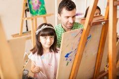 Ragazza graziosa ed il suo insegnante nella classe di arte Fotografia Stock Libera da Diritti
