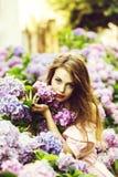 Ragazza graziosa in fiori dell'ortensia immagini stock libere da diritti