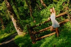 Ragazza graziosa in legno fotografie stock