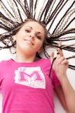 Ragazza graziosa nel colore rosa che tocca i suoi capelli fotografie stock libere da diritti