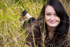 Ragazza graziosa nell'erba immagini stock libere da diritti