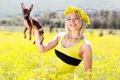 Ragazza graziosa sulla natura con il suo cane immagini stock libere da diritti
