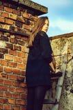 Ragazza graziosa sulla scala di legno fotografie stock libere da diritti