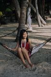 Ragazza graziosa sulla spiaggia fotografia stock libera da diritti