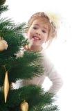 Ragazza graziosa in un albero di Natale Fotografie Stock Libere da Diritti
