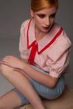 Ragazza graziosa in un'attrezzatura d'avanguardia in uno studio fotografie stock libere da diritti