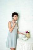 Ragazza graziosa in un interno pastello Fotografie Stock