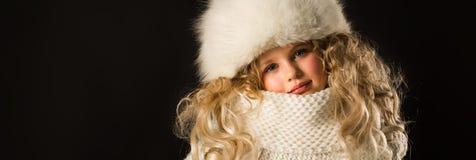 Ragazza graziosa in vestiti di inverno Fotografia Stock