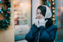 Ragazza in guanti sulla via al Natale Priorità bassa di natale Stile di vita di concetto, inverno, vacanza, Natale felice, nuovo  fotografia stock libera da diritti