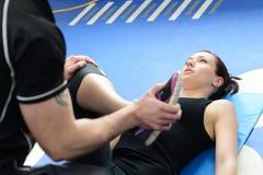 Ragazza guidante dell'istruttore di forma fisica con allungare Immagini Stock Libere da Diritti