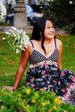 Ragazza hawaiana graziosa che si siede sull'erba Fotografia Stock Libera da Diritti