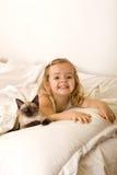 ragazza il suo gattino piccolo che si distende Fotografie Stock Libere da Diritti