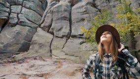Ragazza incantevole in montagne stock footage