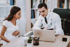 Ragazza incinta al ginecologo Doctor fotografia stock