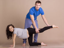 Ragazza incinta ed uomo che fanno insieme gli sport Fotografia Stock