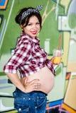 Ragazza incinta felice fotografia stock libera da diritti