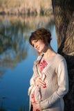 Ragazza incinta su una passeggiata nel parco Immagine Stock Libera da Diritti