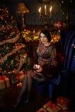 Ragazza incinta vicino ad artificiale fotografia stock libera da diritti