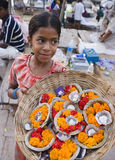 Ragazza indiana che vende le offerti - Varanasi - India Fotografie Stock