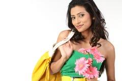 Ragazza indiana con i fiori della margherita e della borsa Fotografia Stock