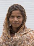 Ragazza indiana del mendicante sulla via in Leh, Ladakh L'India fotografia stock libera da diritti