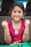 Ragazza indiana emozionante che si siede in automobile Immagine Stock Libera da Diritti