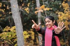 Ragazza indiana nella stagione di caduta fotografie stock libere da diritti