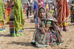 Ragazza indiana sul cammello Mela, Ragiastan, India, fine di Pushkar di tempo sul ritratto fotografie stock libere da diritti