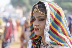 Ragazza indiana sul cammello Mela, Ragiastan, India, fine di Pushkar di tempo sul ritratto fotografie stock
