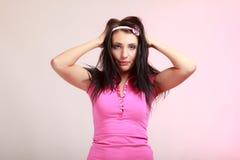 Ragazza infantile della giovane donna puerile nel rosa. Immagini Stock