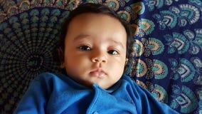 Ragazza infantile indiana di bello allarme con il vestito blu immagini stock