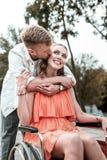 Ragazza invalida che sorride mentre ragazzo che bacia il suo pulcino fotografia stock