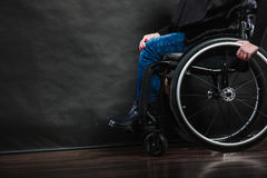 Ragazza invalida della donna che si siede sulla sedia a rotelle fotografia stock