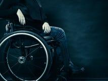 Ragazza invalida della donna che si siede sulla sedia a rotelle fotografia stock libera da diritti