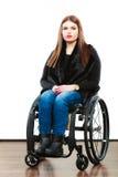 Ragazza invalida della donna sulla sedia a rotelle fotografia stock
