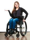 Ragazza invalida della donna sulla sedia a rotelle fotografia stock libera da diritti