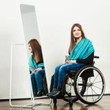 Ragazza invalida sulla sedia a rotelle che pettina capelli fotografia stock libera da diritti