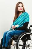 Ragazza invalida sulla sedia a rotelle che pettina capelli immagine stock libera da diritti