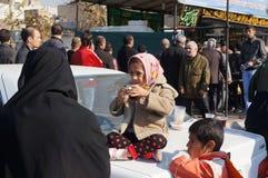 Ragazza iraniana che si siede su un'automobile Immagini Stock