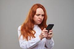 Ragazza irascibile con capelli castani dorati che indica allo scre Fotografie Stock Libere da Diritti