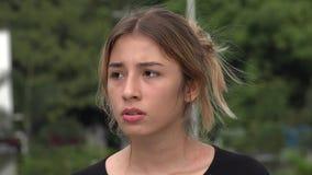 Ragazza ispana teenager spaventosa sola video d archivio