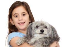 Ragazza ispanica che abbraccia il suo cane isolato su w Fotografie Stock
