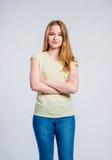 Ragazza in jeans e maglietta, giovane donna, colpo dello studio fotografia stock