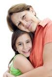 Ragazza latina che abbraccia la sua nonna isolata sul whi Fotografia Stock